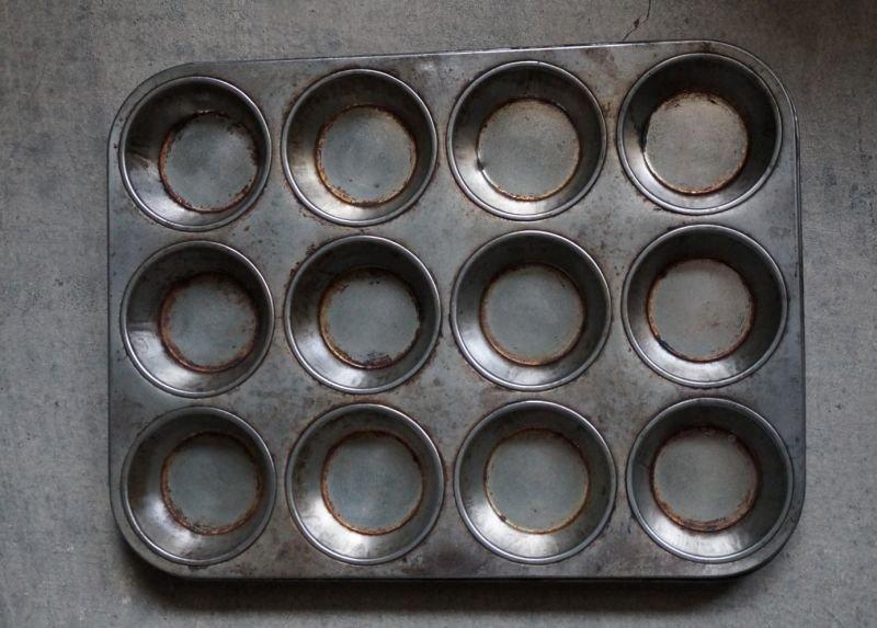 画像2: ENGLAND antique イギリスアンティーク ベーキングティンモールド 12穴  焼き型 菓子型 マフィン 1930-50's